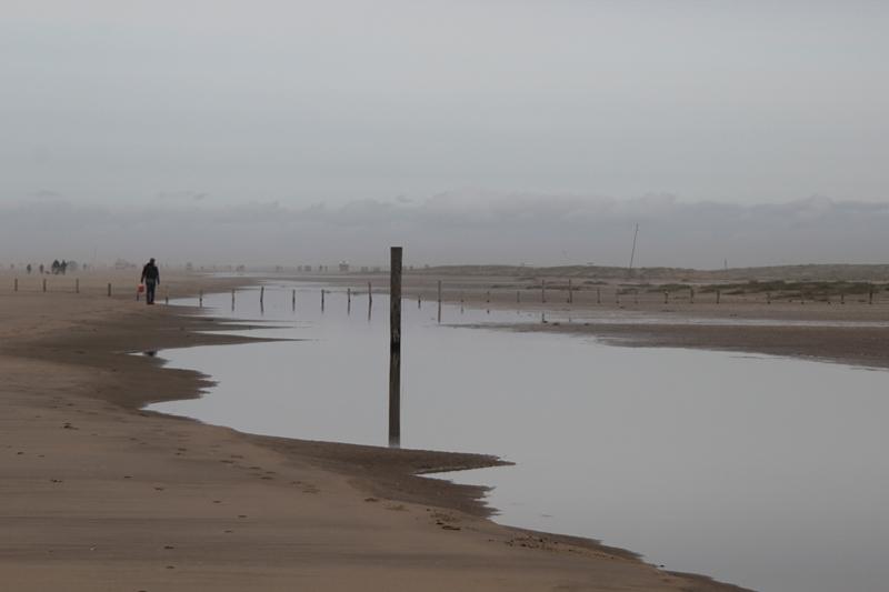 Mehr Strandbilder - Priel mit Pfahl und Nebel
